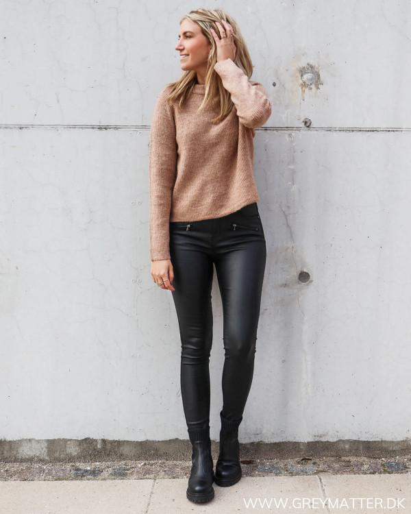 Hverdags outfit til damer stylet i Pieces og Grey Matter coated pants