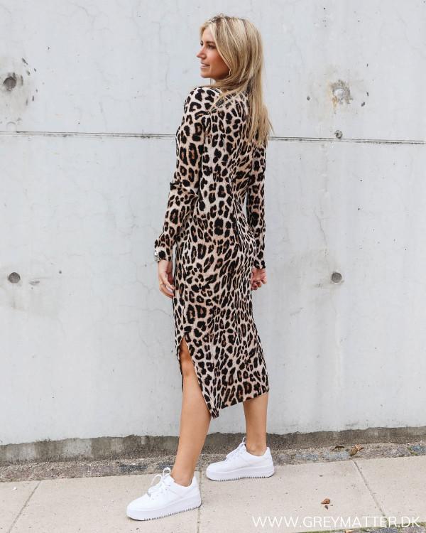 Neo Noir kjole med leopard print