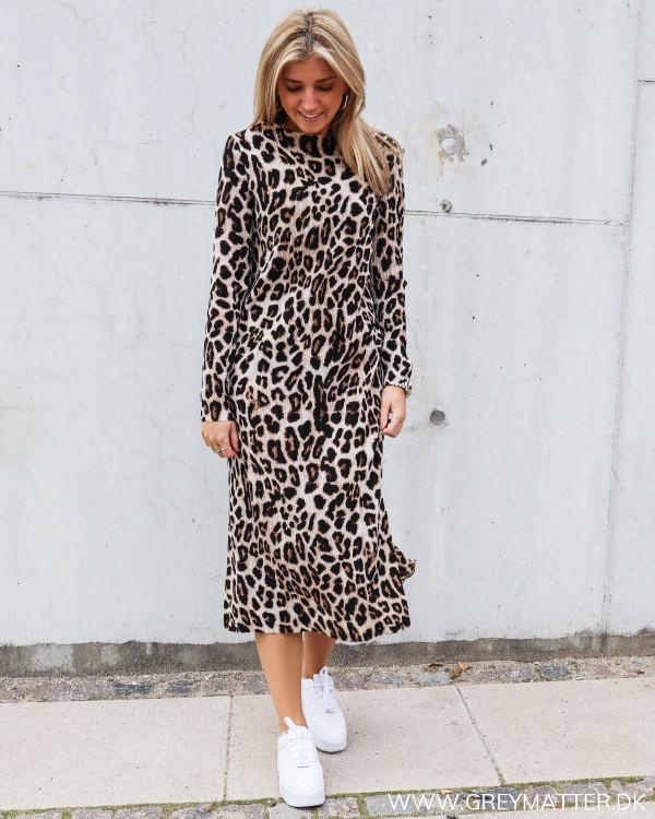 Vogue kjole fra Neo Noir med leopard print