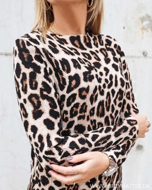 Kjole med leopard print fra Neo Noir