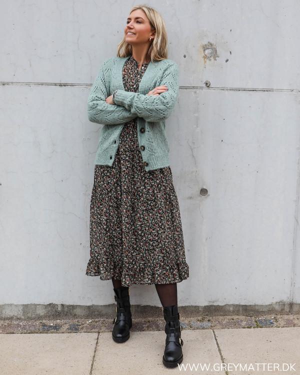 Cardigan fra Pieces stylet med langærmet kjole fra Vila