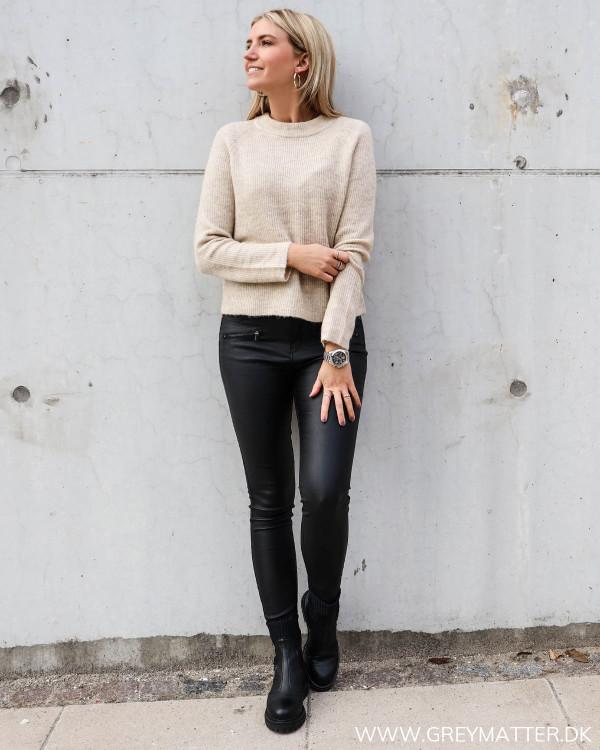 Pieces bluse i strik stylet med coatede bukser og boots