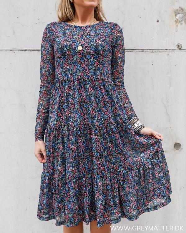 Smuk vidavis kjole fra Vila med blomsterprint