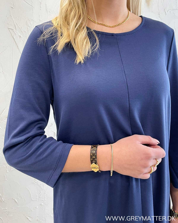 Blå kjole fra Vila med flæsedetalje