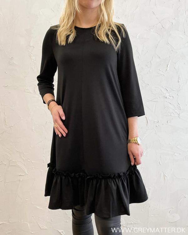 Sort kjole med flæsedetalje