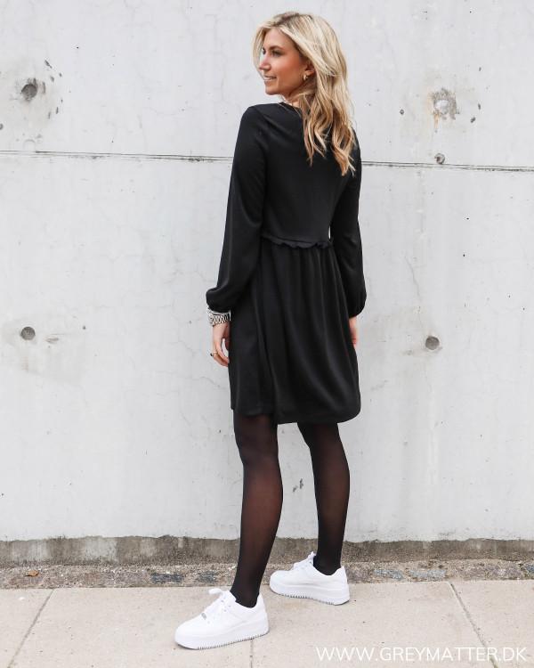 Sort kjole fra Vila med flotte detaljer