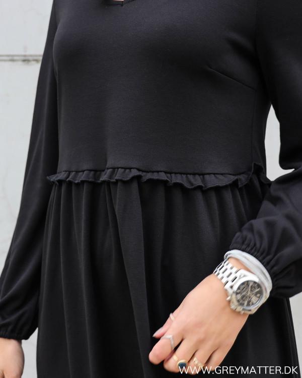 Lækker sort kjole fra Vila med rufflekant i taljen