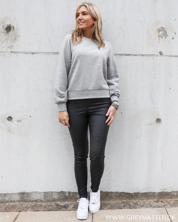 Sweatshirt med perler fra Pieces, stylet med sorte leggings fra Pieces