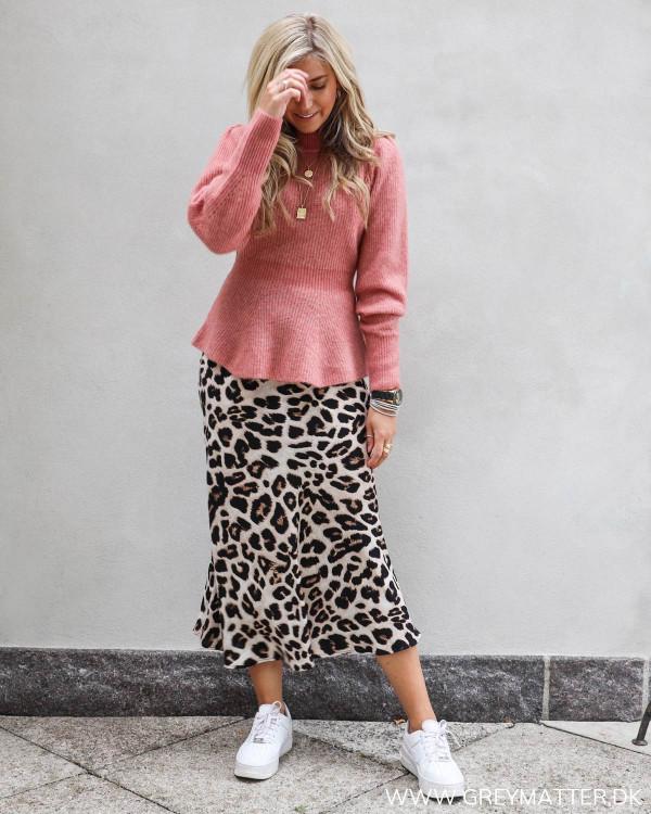 Neo Noir bluse stylet med leopard nederdel