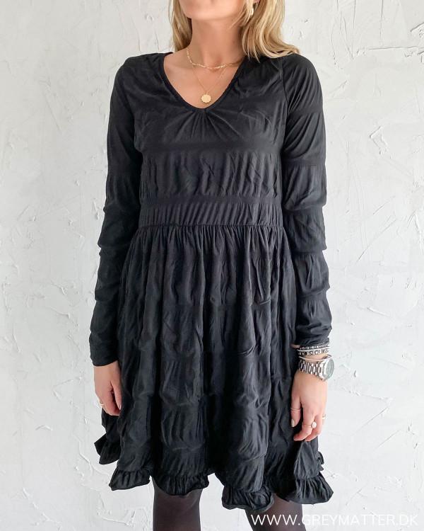 Sort kjole fra Pieces i blød kvalitet