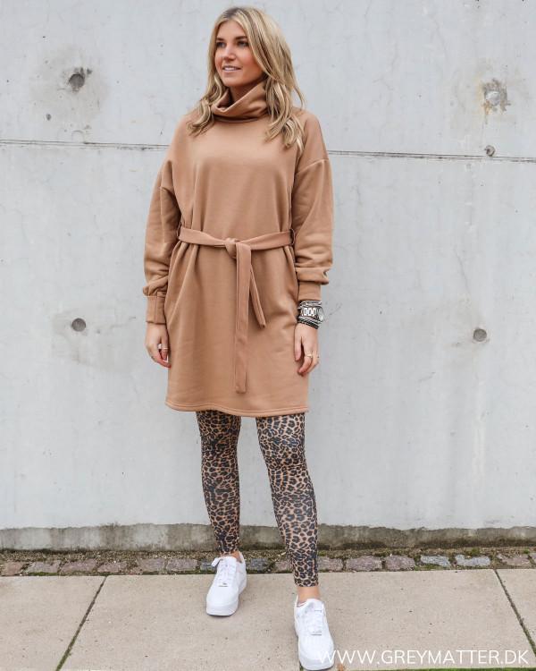 Beigefarvet sweat kjole fra Only stylet med leopard leggings