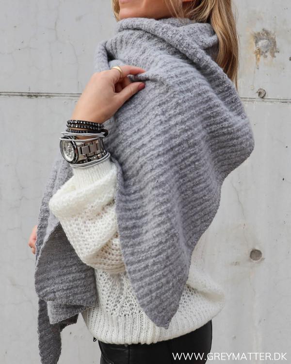 tørklæde til damer i smuk grå farve