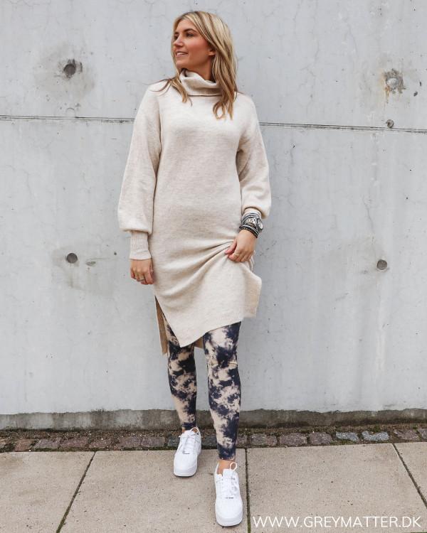 Rullekrave kjole til damer fra Pieces stylet med sporty leggings og sneaks fra Nike
