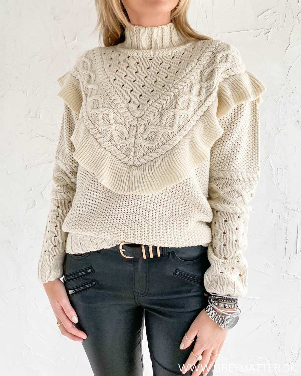 Smuk strik trøje fra Vila til damer stylet med bælte fra Pieces