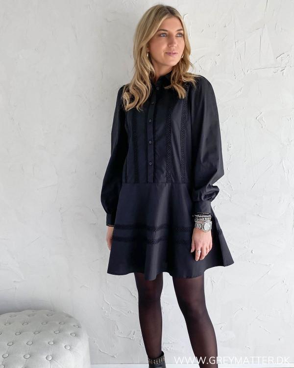 Vila kjole i sort med feminine detaljer