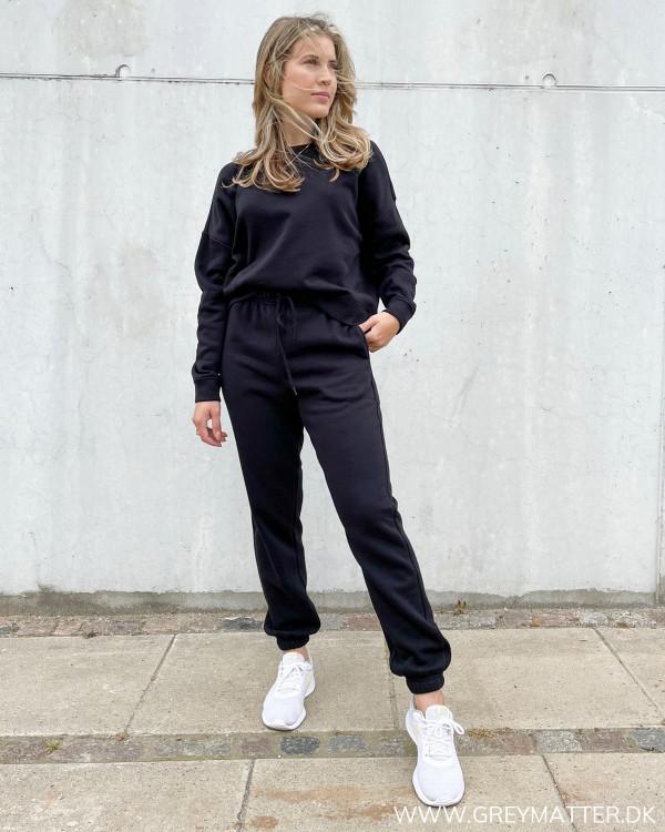 Pieces sweat suit til kvinder stylet med Nike sneakers