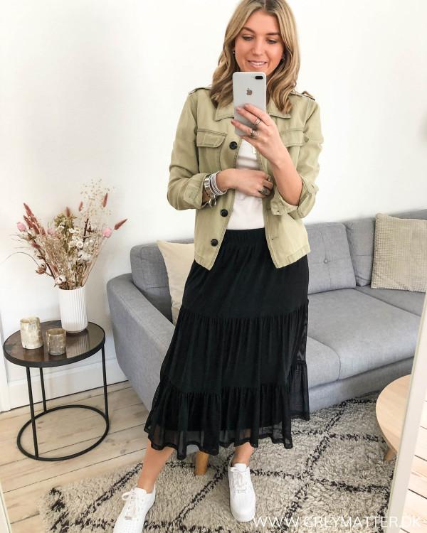 Sort nederdel med længde fra Vila stylet med armyjakke fra Neo Noir