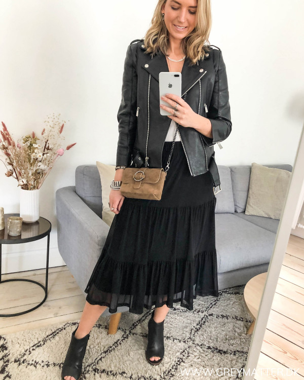 Sort nederdel fra Vila set forfra, stylet med bikerjakke og high heels