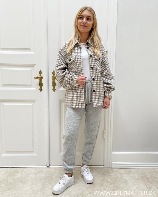 Sweat pants stylet med oversize ternet jakke
