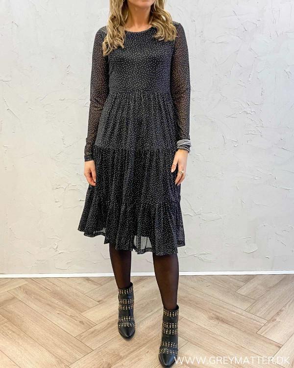 Smuk kjole til hverdag og fest med fine prikker