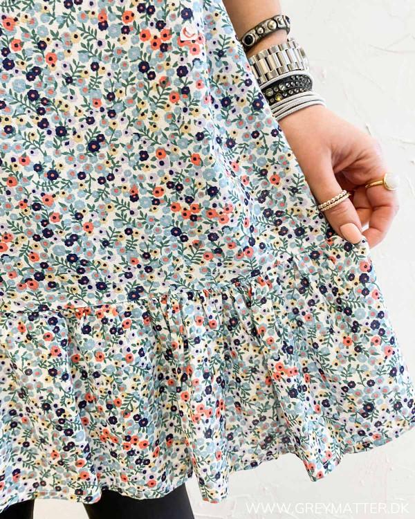Blomsterprint kjole fra Pieces set ved flæse