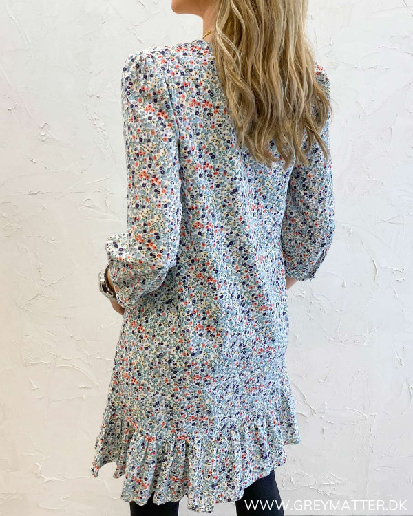 Blomsterprint kjole fra Pieces set bagfra