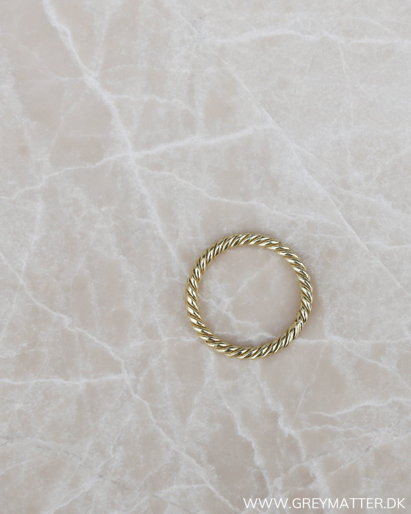 Twisted ring i guld fra Pure By Nat