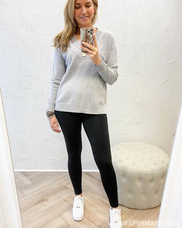 Bluse stylet med sorte sporty leggings