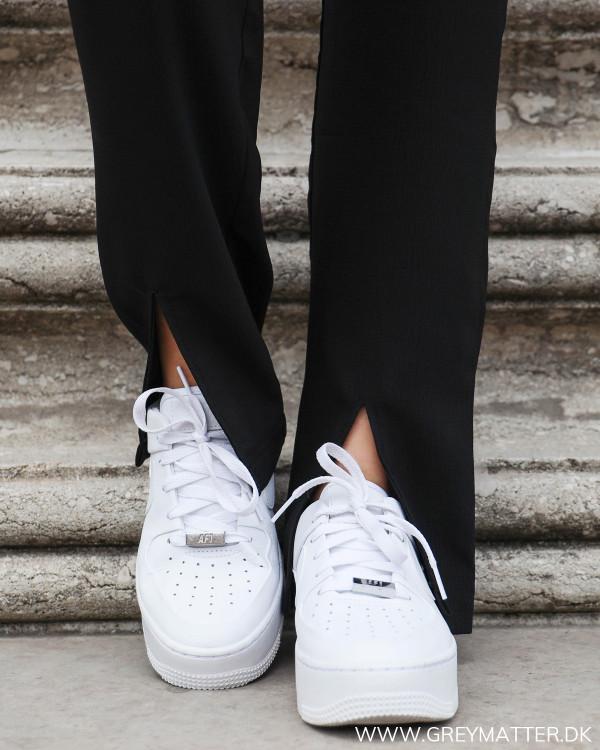 Sorte bukser fra Neo Noir med fokus på den cool slids forneden