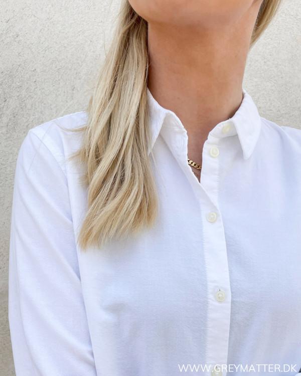 Klassisk dameskjorte med krave og knapper