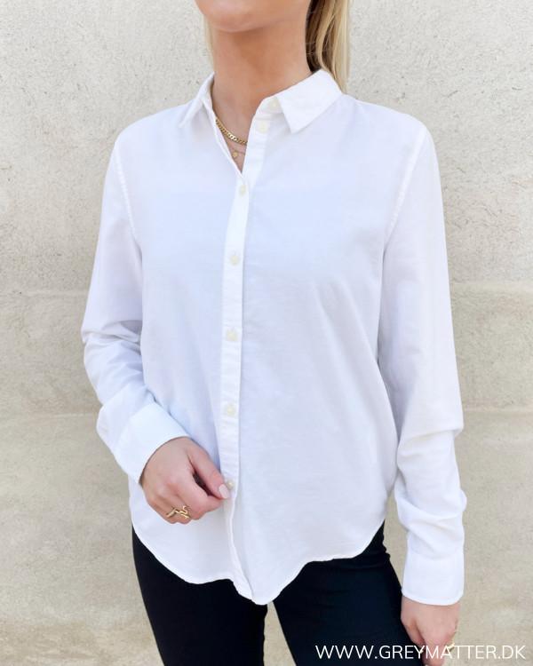 Hvid klassisk dameskjorte fra Pieces