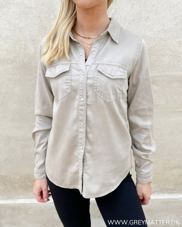 Skjorte til damer med lange ærmer og krave