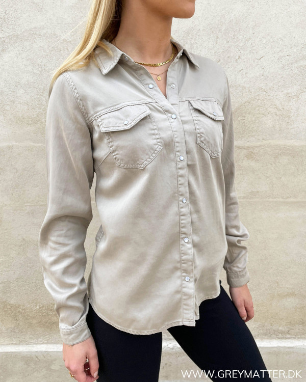 Beigefarvet skjorte til damer med knapper og krave