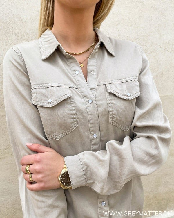 Skjorter til damer med krave og lommer