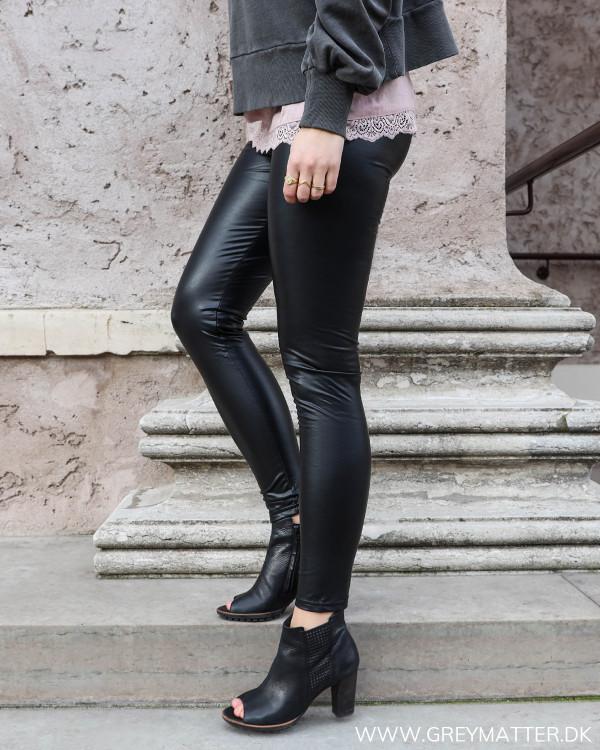 Klassisk sort legging, set fra siden