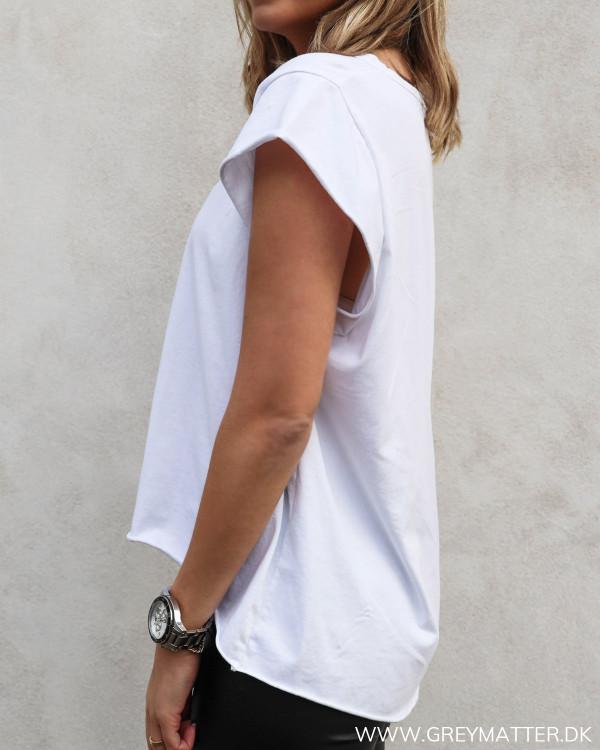 Hvid basis t-shirt set fra siden