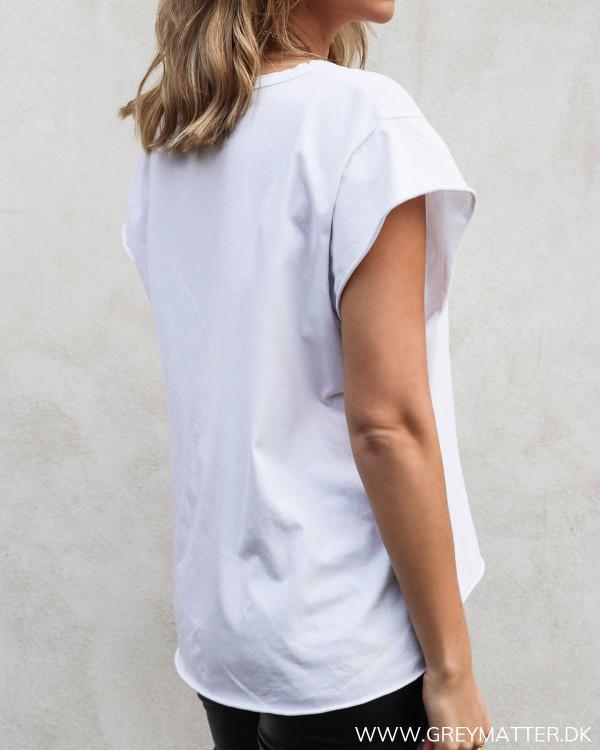 Hvid t-shirt set skråt bagfra