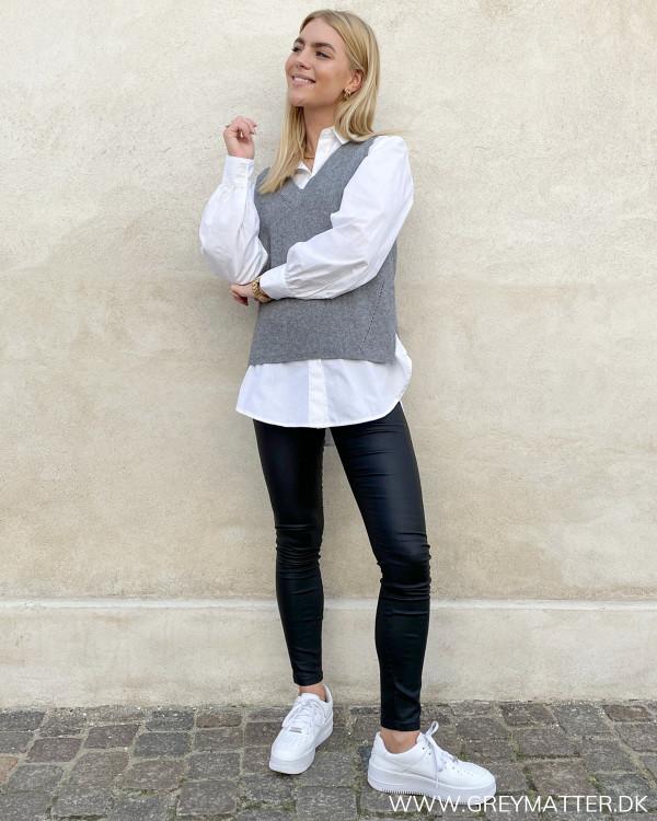 Outfit med vest og hvid skjorte til damer