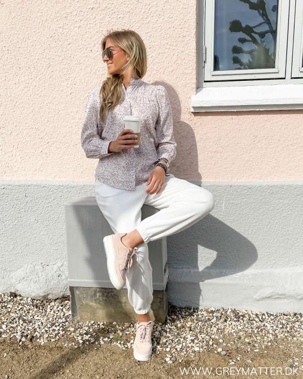 Sweat bukser til kvinder stylet med printet skjorte