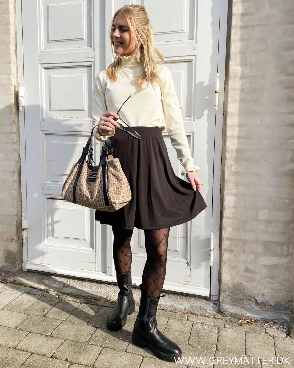 Sort nederdel med fin flæsebluse