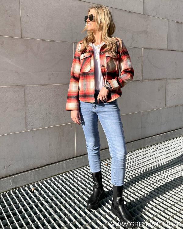 Lækkert forårslook med ternet jakke og jeans