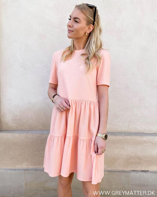 Koralfarvet kjole fra Only
