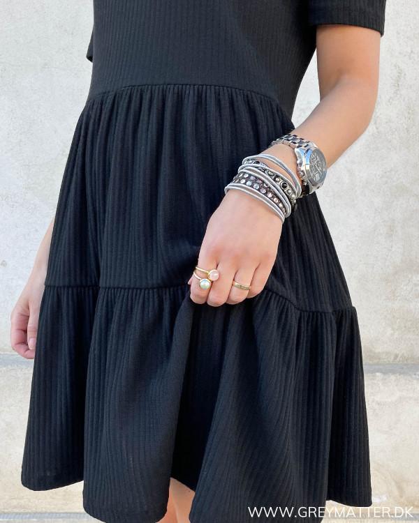 Rib kjole med flæser i sort
