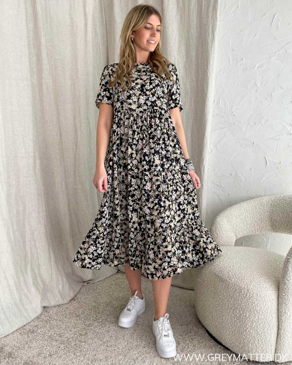 Sort kjole med blomsterprint fra Pieces