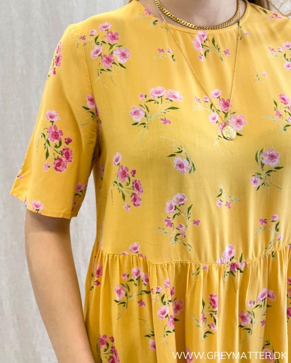 Gul kjole med blomsterprint fra Pieces