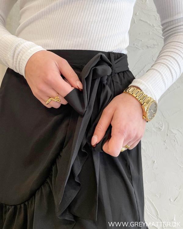 Sort nederdel der bindes i siden