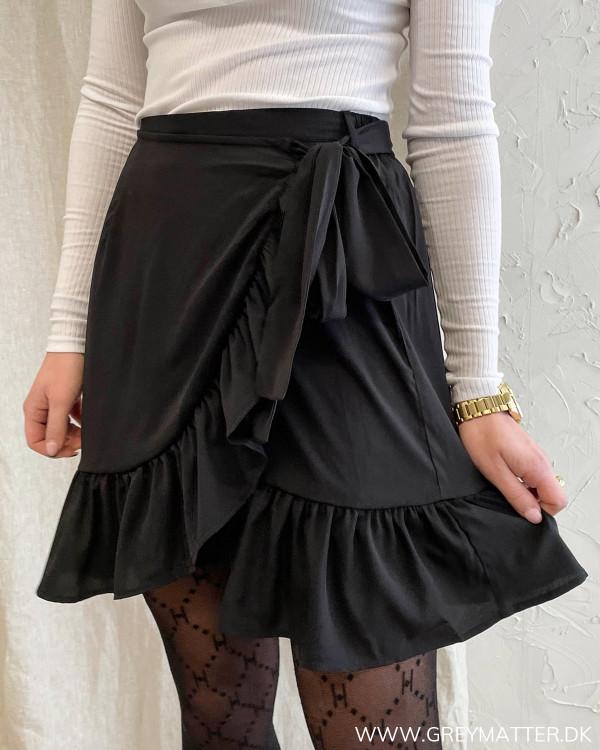 Sort nederdel til damer med flæsedetaljer