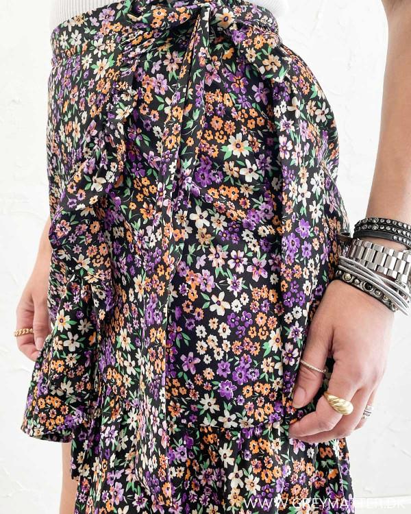 Kort nederdel med bindebånd og print
