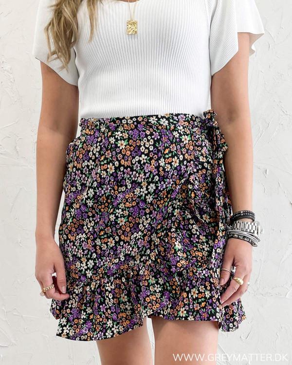 Kort nederdel med bindebånd fra Only