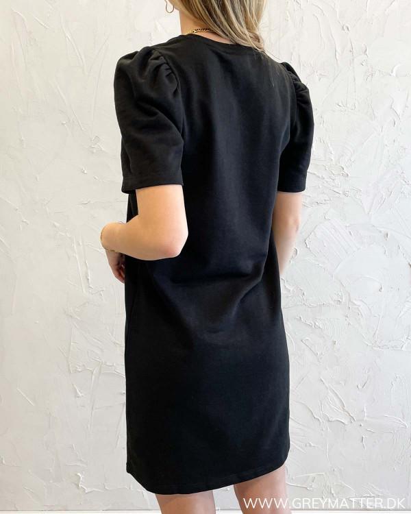 Sort kjole med puffærmer